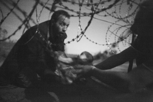 Une image de migrants à la frontière serbo-hongroise remporte le World Press Photo