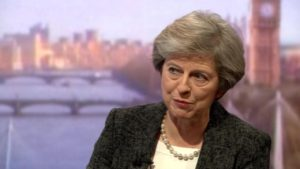 Theresa May : « Trump m'a dit de poursuivre l'UE en justice »